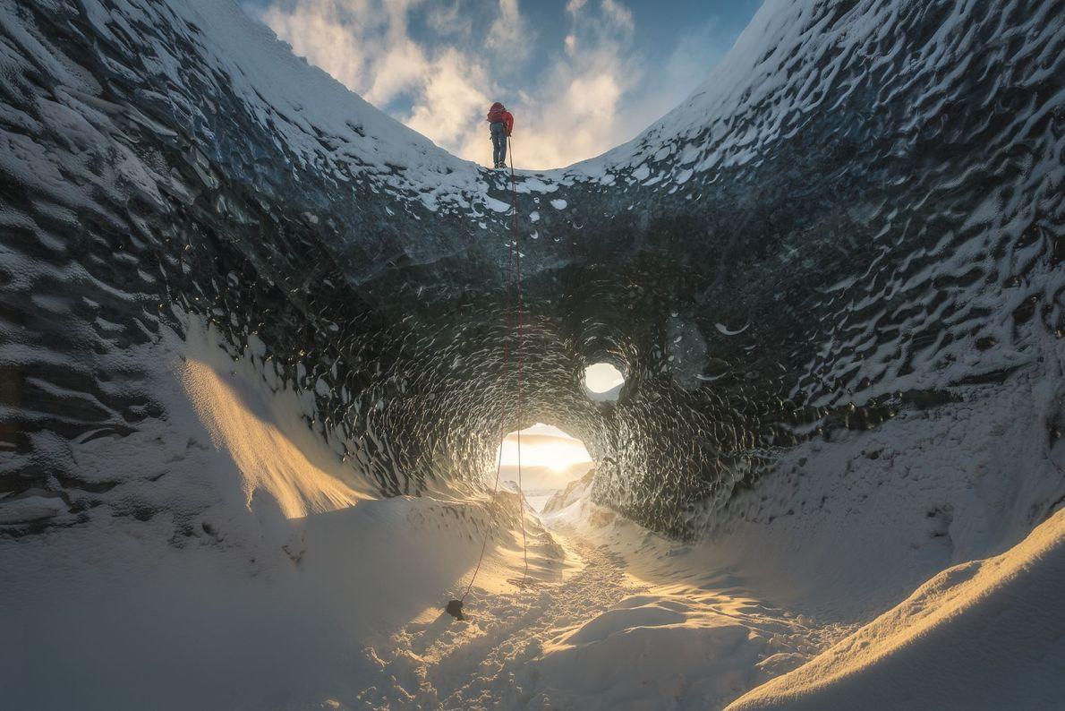 Eine Eishöhle bietet eine etwas andere Perspektive auf einen Sonnenuntergang in Island.