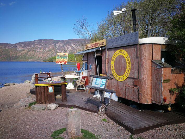 Steve Feltham's Forschungsstation und Andenken-Shop am Loch Ness.