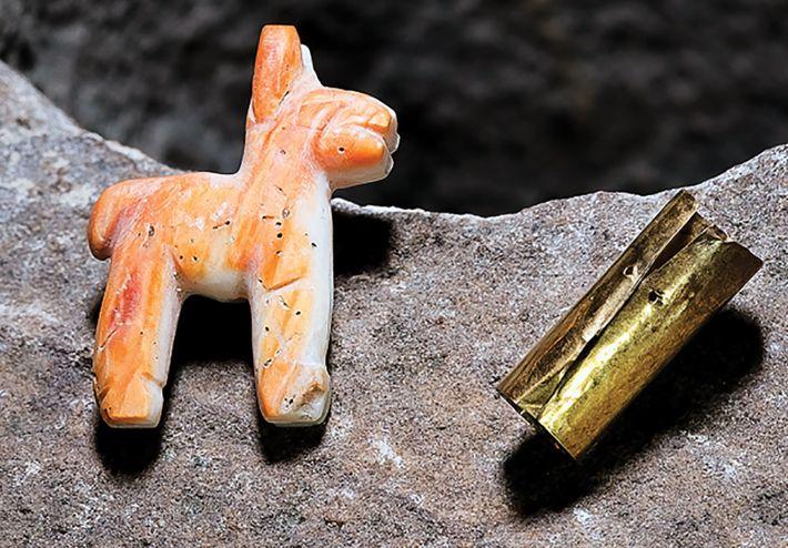 Die Opferschatulle enthielt eine kleine Lamafigur aus korallenfarbener Muschel und einen kleinen Goldzylinder. Einem frühen spanischen ...
