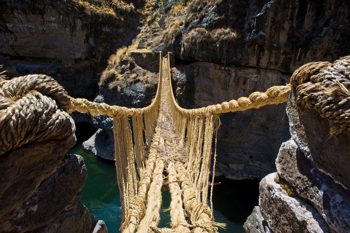 Q'eswachaka, eine der letzten verbliebenen Seilbrücken der Inka, überbrückt etwa 38 Meter von einer zur anderen ...