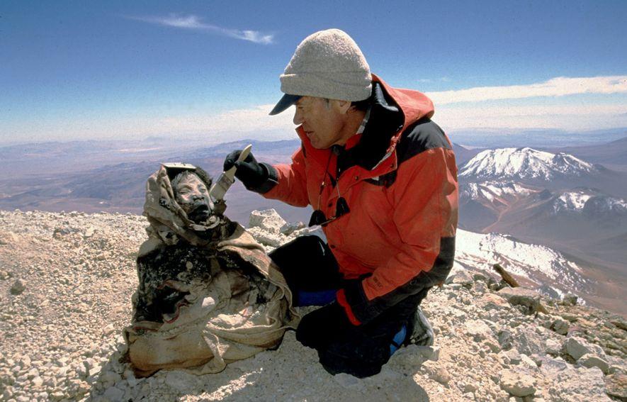 Der Archäologe Johan Reinhard entdeckte in Argentinien 1999 die 500 Jahre alte, gefrorene Mumie eines Mädchens, ...