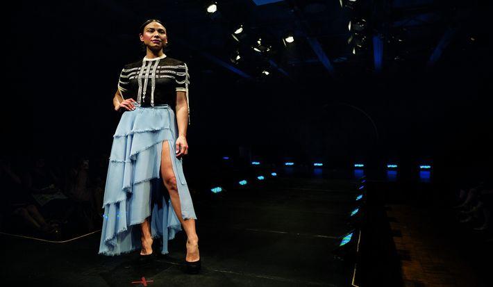 Bei der Indigenous Fashion Week 2018 in Toronto zeigt das Model Shalaine Bouvier eine Kreation des ...