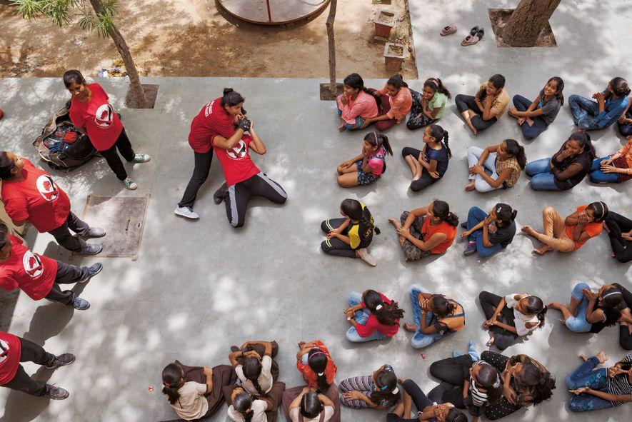 """Usha Vishwakarma demonstriert Selbstverteidigungstechniken in Ramgarh, einem ländlichen Teil des Bundesstaats Rajasthan. Vishwakarma gründete die """"Red ..."""