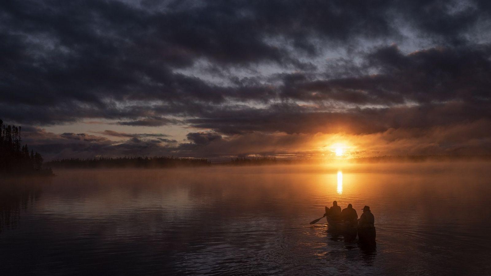 Kanu fahren auf dem Lake Opemisca im Sonnenuntergang, ganz in der Nähe der Cree-Gemeinschaft von Oujé-Bougoumou ...