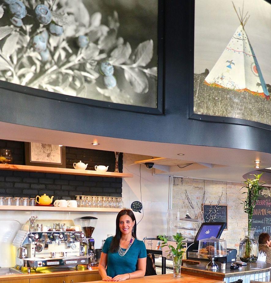 Im Feast Café Bistro, in Winnipeg, Manitoba, bringt Chefköchin und Besitzerin Christa Bruneau-Guenthur ihren Gästen die ...