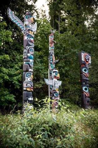 Im Stanley Park in Vancouver, British Columbia, wurden einige dieser Totempfähle errichtet. Diese Gruppe aus neun ...