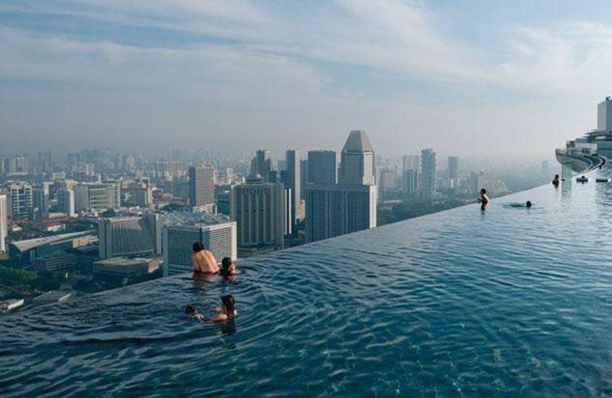 """Über dem Häusermeer bietet der """"Infinity Pool"""" des luxuriösen Marina Bay Sands Resort einen weiten Blick …"""