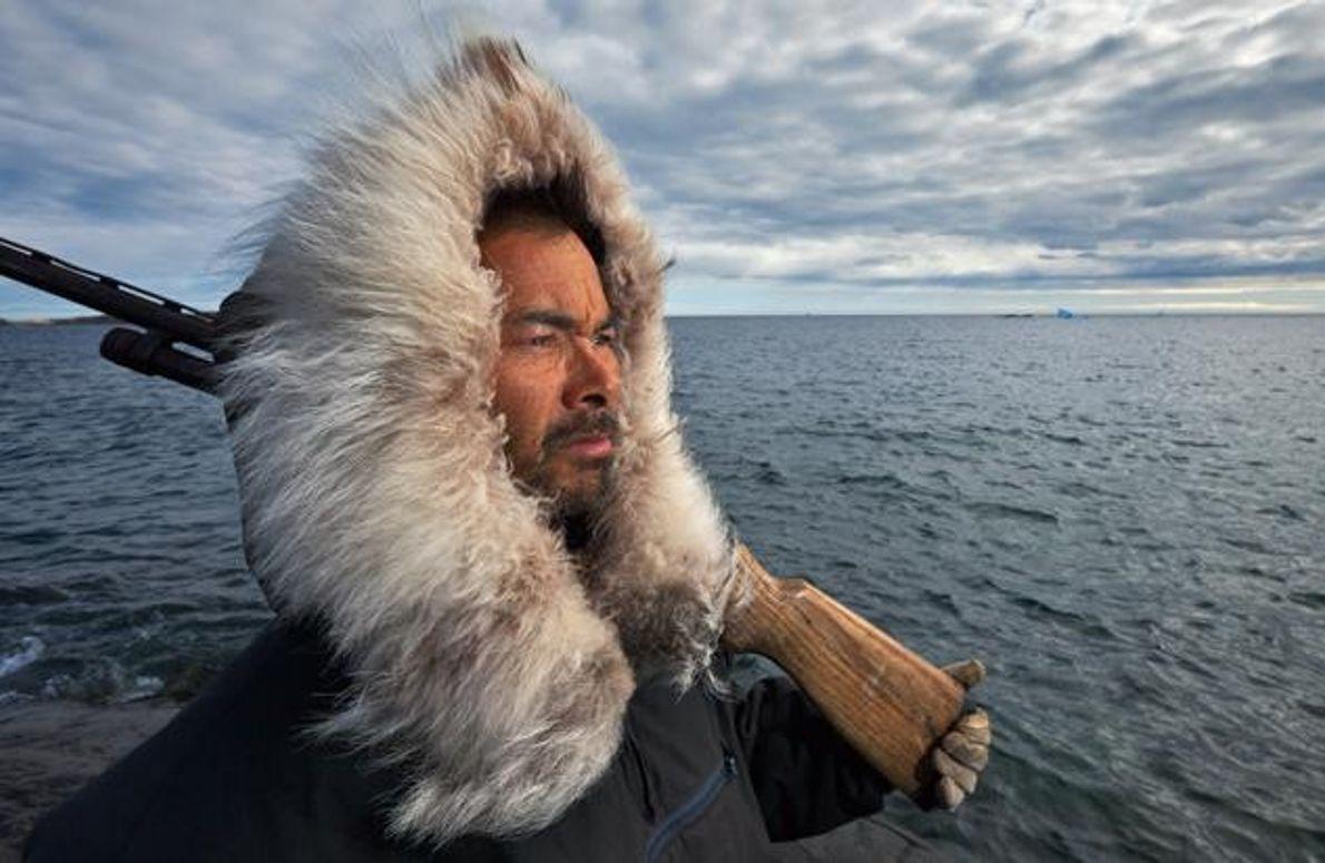 Inuk an der Küste von Baffin Island