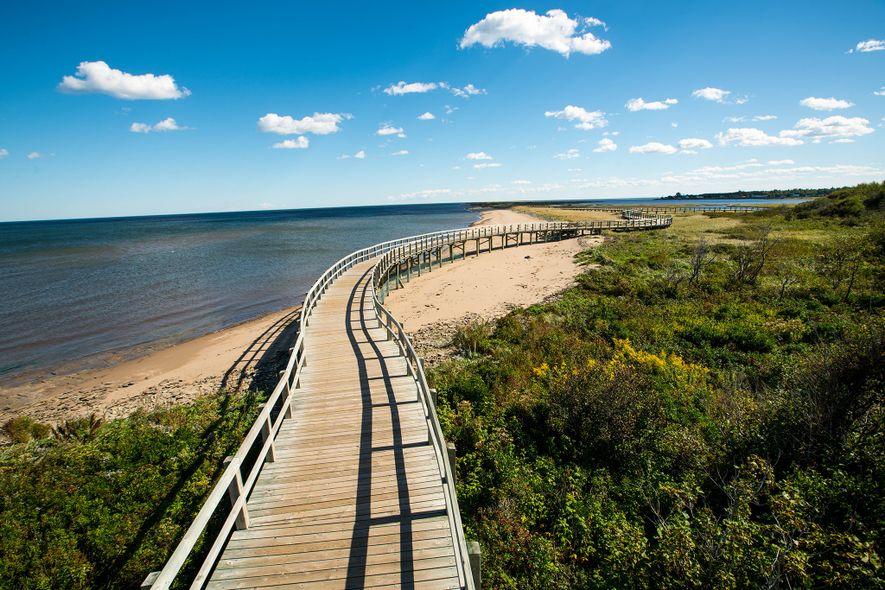 Eine Strandpromenade erstreckt sich entlang des Irving Eco-Centre: La Dune de Bouctouche, eine zwölf Kilometer lange ...