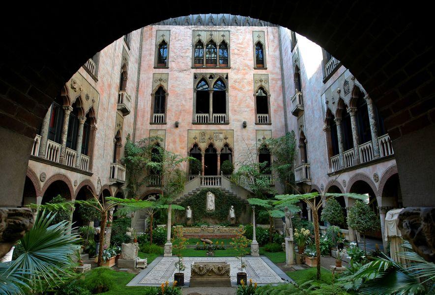 Das Isabella Stewart Gardner Museum in Boston ist wegen seines wundervollen Innenhofes als Gebäude bekannt, bei ...