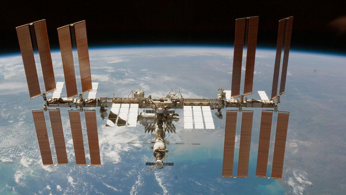 Die ISS im Februar 2010 nach einem Abdockmanöver des Space Shuttles Endeavour.