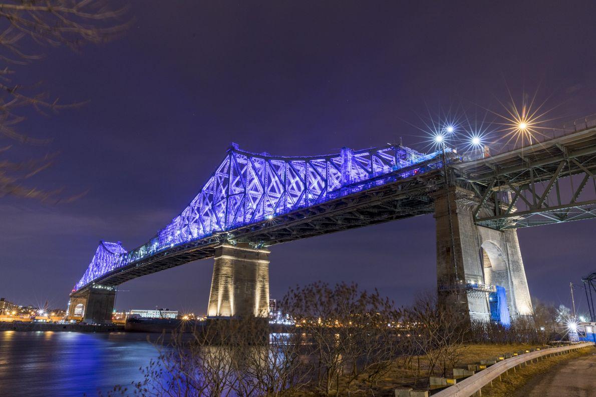 Die 1930 eröffnete Jacques-Cartier-Brücke wurde mit zahlreichen LEDs ausgestattet, die über ein Computerprogramm gesteuert und die ...