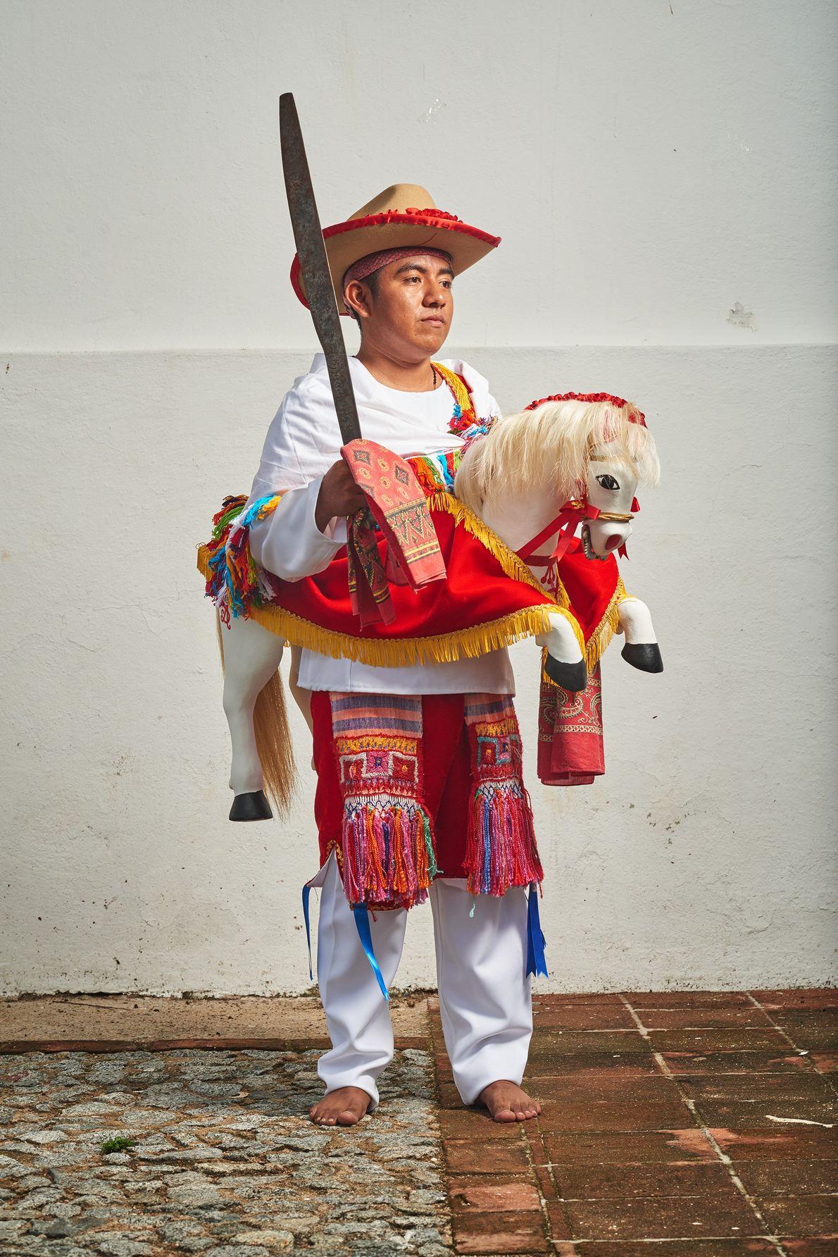 Die Menschen von Jamiltepec verehren den heiligen Apostel Jakobus den Älteren mit einem Tanz, bei dem ...