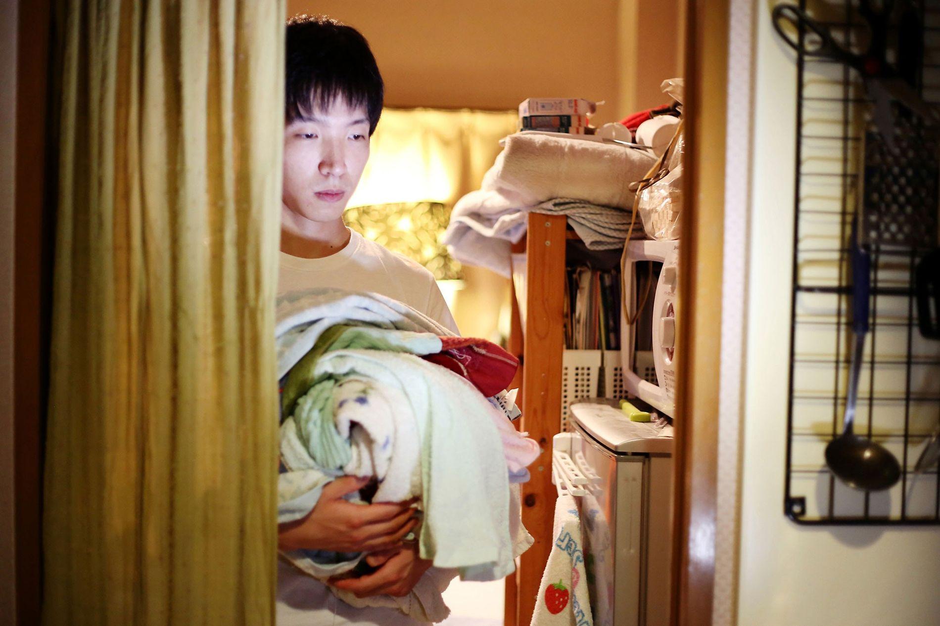 """Fuminori Aoka, 30, hat seine Wohnung seit zwei Jahren nicht verlassen. """"Er selbst sagt von sich, ..."""