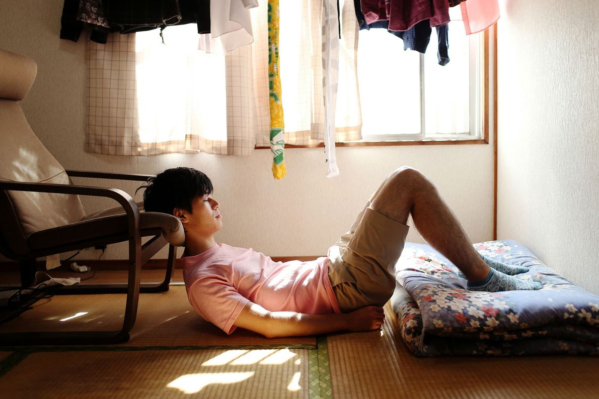 Chuji, 25, ist seit drei Jahren ein Hikikomori. Er träumt davon, Opernsänger zu werden. Da er ...