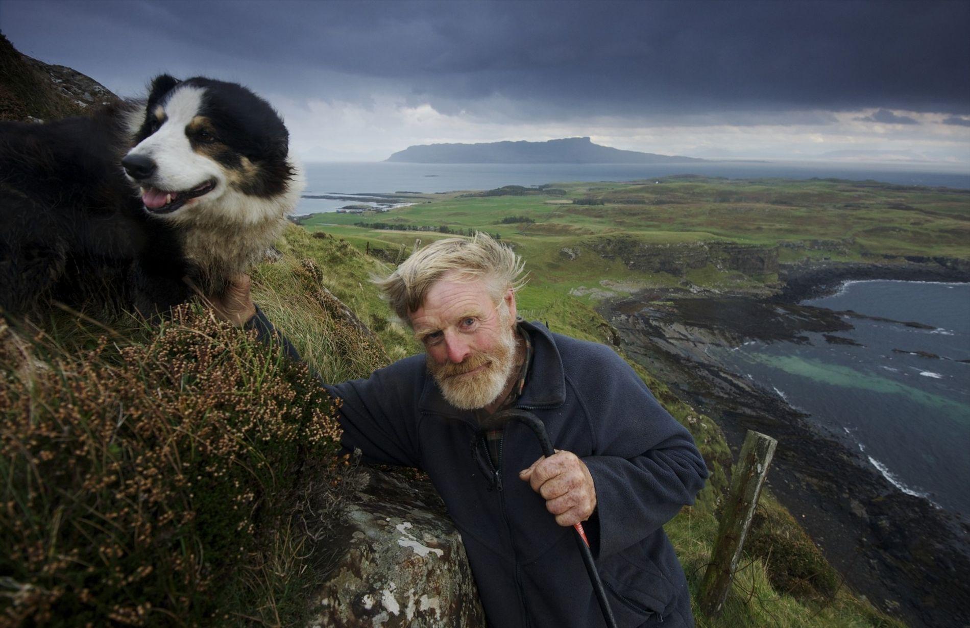 Auf dem Beinn Airein, dem höchsten Berg der Insel Muck. Lawrence MacEwan war der Laird von Muck, bis er den Titel an eines seiner Kinder weitervererbt hat. Die Insel Muck gehört seit 1896 der Familie MacEwan, inzwischen in der vierten Generation.