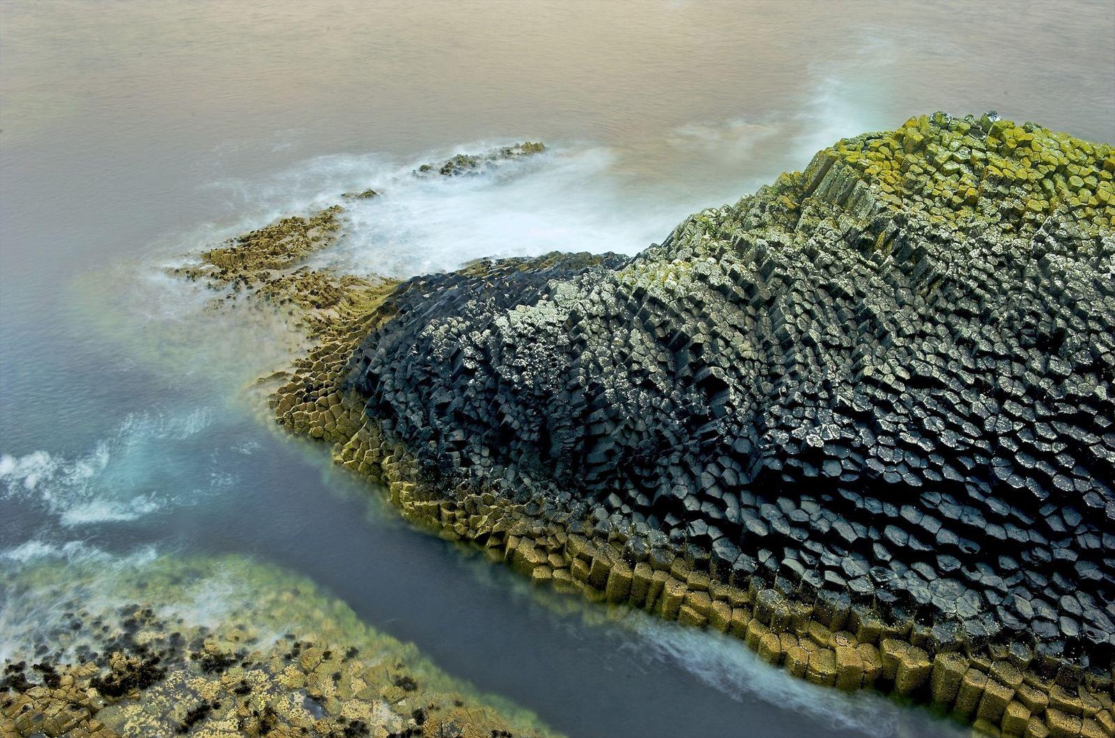 Insel Staffa, Innere Hebriden. Staffa – die nur per Boot von den Inseln Mull, Oband oder ...