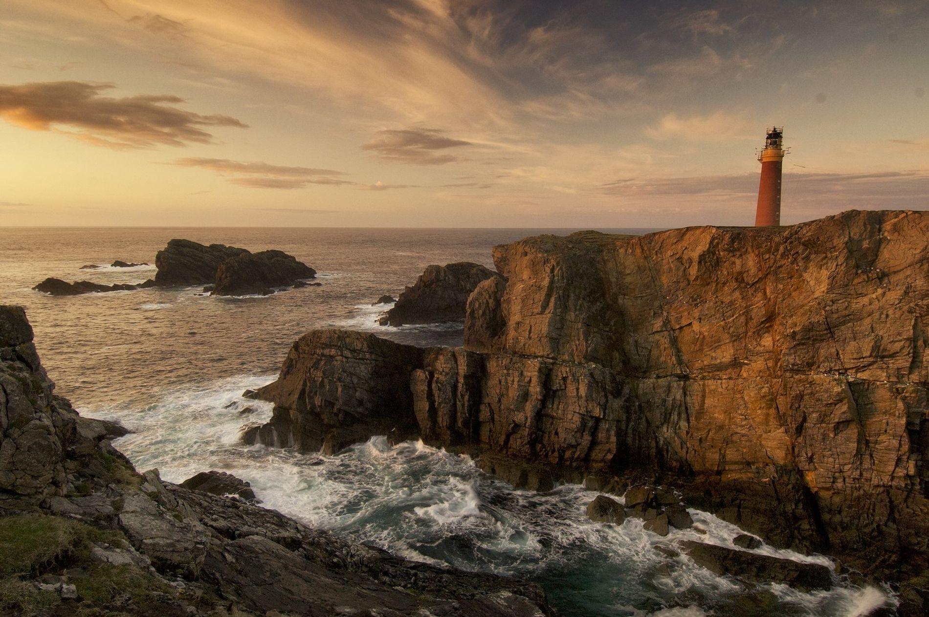 Die Wellen brechen sich am Butt of Lewis auf der Insel Lewis. Dies ist der nördlichste Punkt der Äußeren Hebriden – den man nur mit der Fähre von Ullapool (ca. 75 Kilometer nordwestlich von Inverness) auf dem Festland erreicht, oder wenn man von Skye nach Harris und dann weiter nach Norden reist.