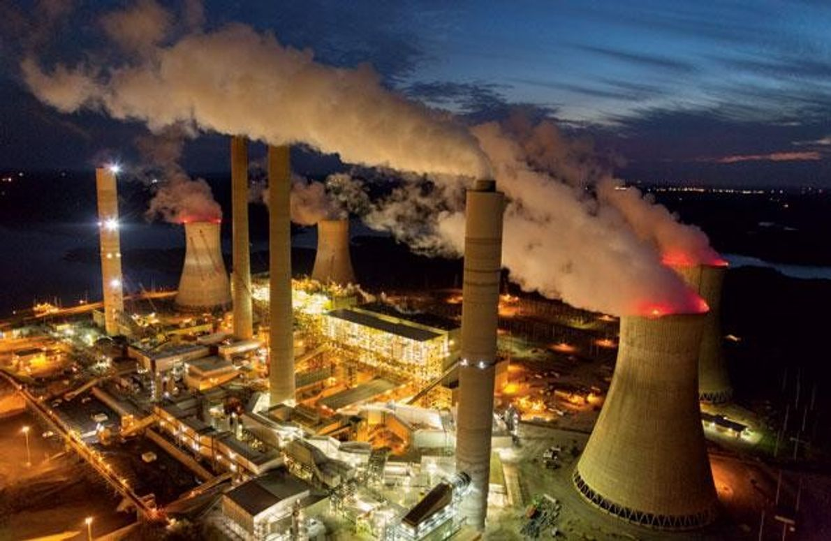 """Dampf und Rauch steigen aus Kühltürmen und Schornsteinen des Kohlekraftwerks """"Robert W. Scherer"""" in Georgia – …"""