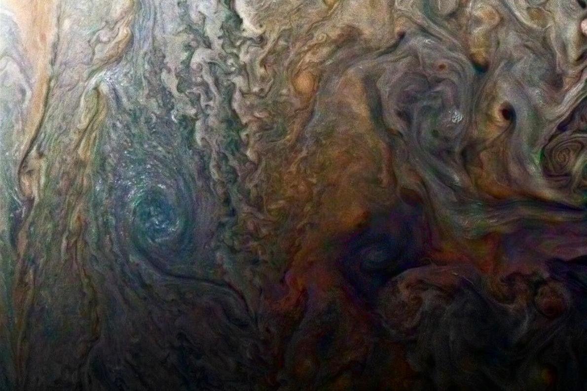 Farbverstärktes Bild eines mysteriösen dunklen Flecks auf dem Jupiter