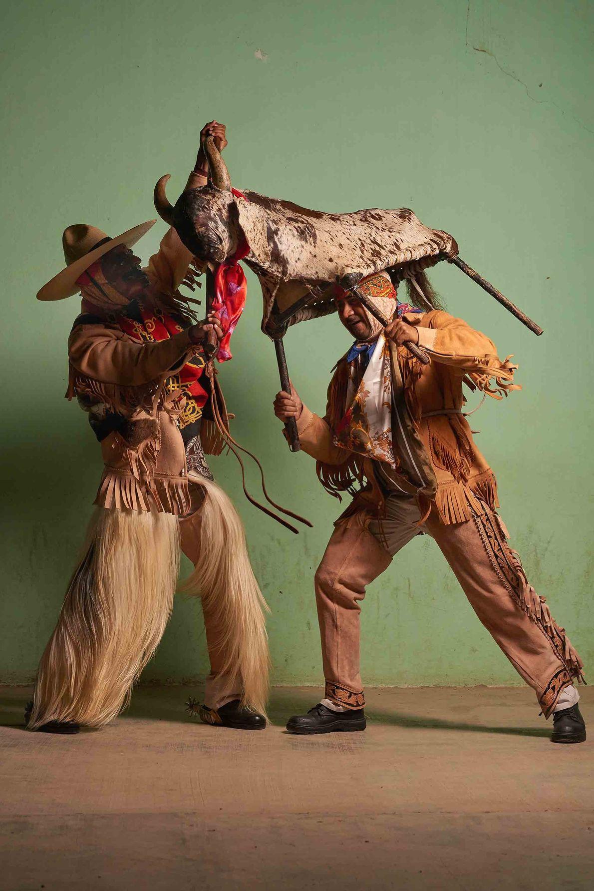 Es gibt einen Tanz, der zu Ehren der Männer und Frauen auf den Feldern aufgeführt wird, ...