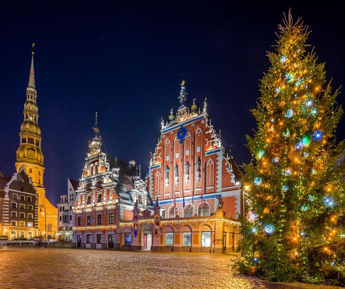 Weihnachtsbaum vor der Peterskirche in Riga
