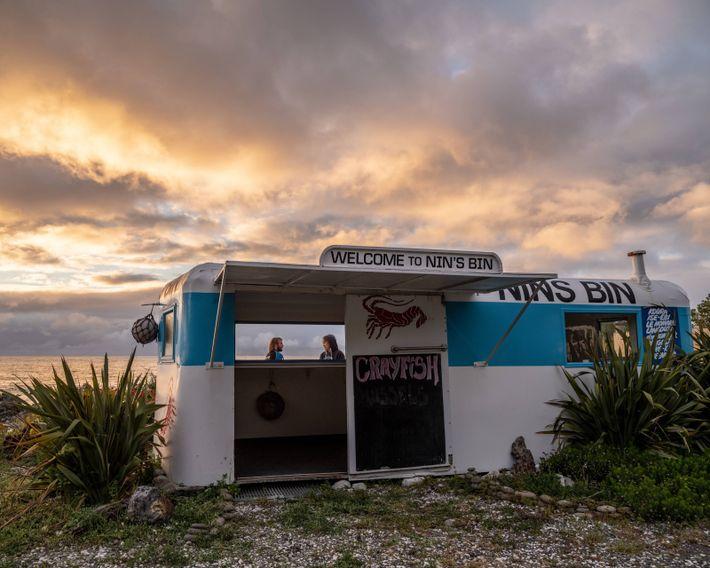 Nin's Bin ist ein Diner, der seit 1970 frische, lokal gefangene Meeresfrüchte anbietet. Hungrige Reisende werden ...