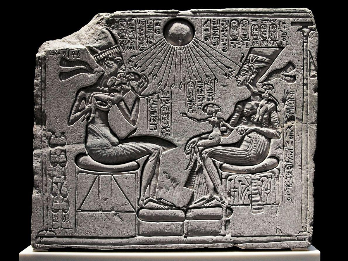 Eine Kalksteinstele im Neuen Museum Berlin zeigt Echnaton, Nofretete und drei ihrer Töchter unter dem Sonnengott ...