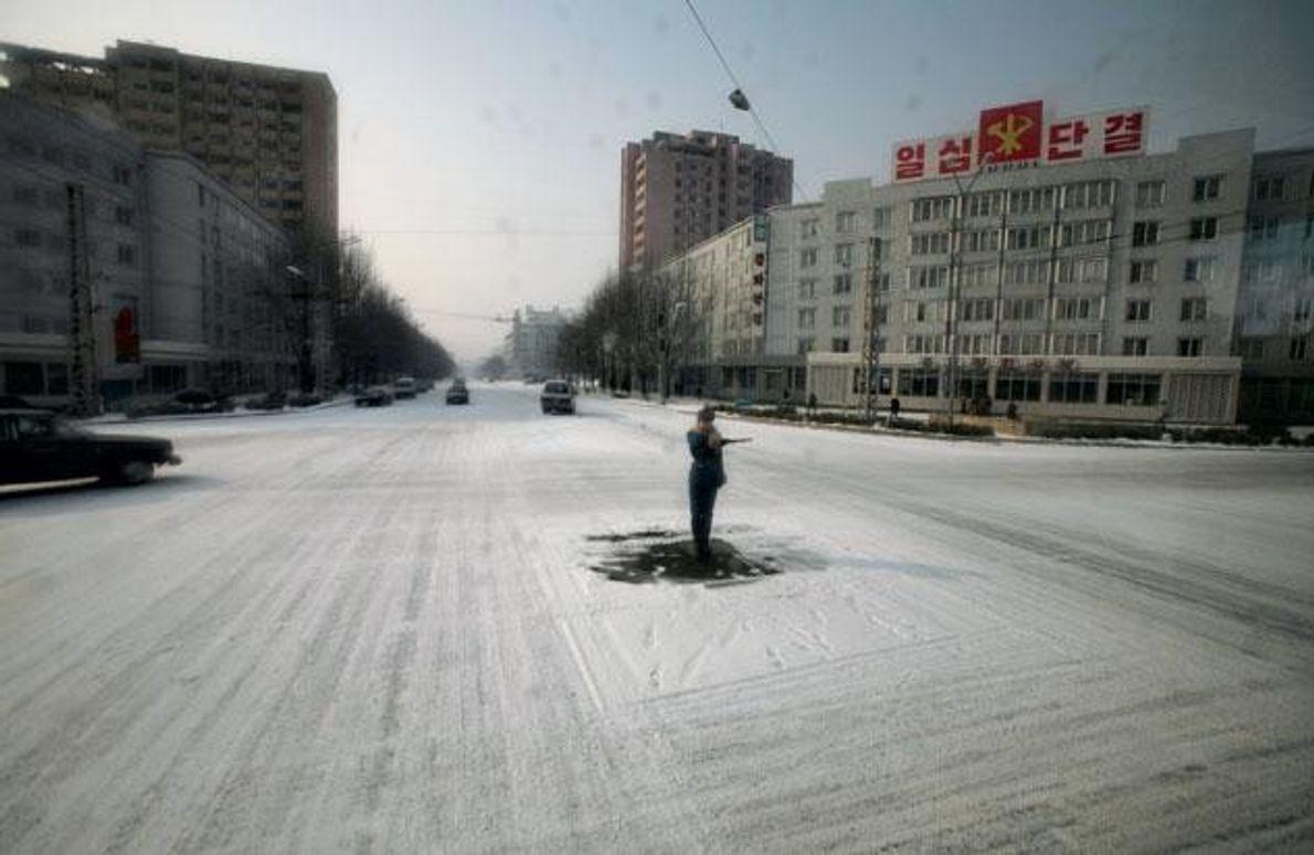 Auf den Straßen der nordkoreanischen Hauptstadt Pjöngjang sind kaum Autos unterwegs. Der Verkehrspolizist auf der Kreuzung …