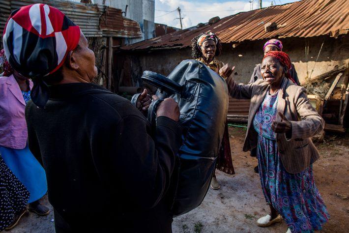 """Beatrice Nyariara und ihre Mitschülerinnen üben ihre Selbstverteidigung. Eine Übung besteht darin, """"Nein!"""" zu schreien und ..."""