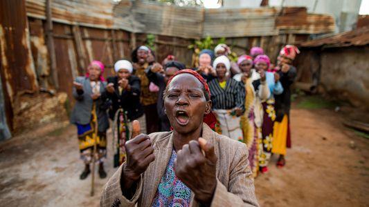 """Die """"kickboxenden Omas"""" aus Kenias gefährlichstem Slum"""