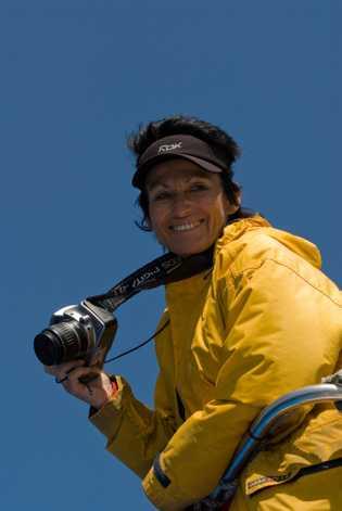 Katharina Heyer mit Kamera auf einem Boot