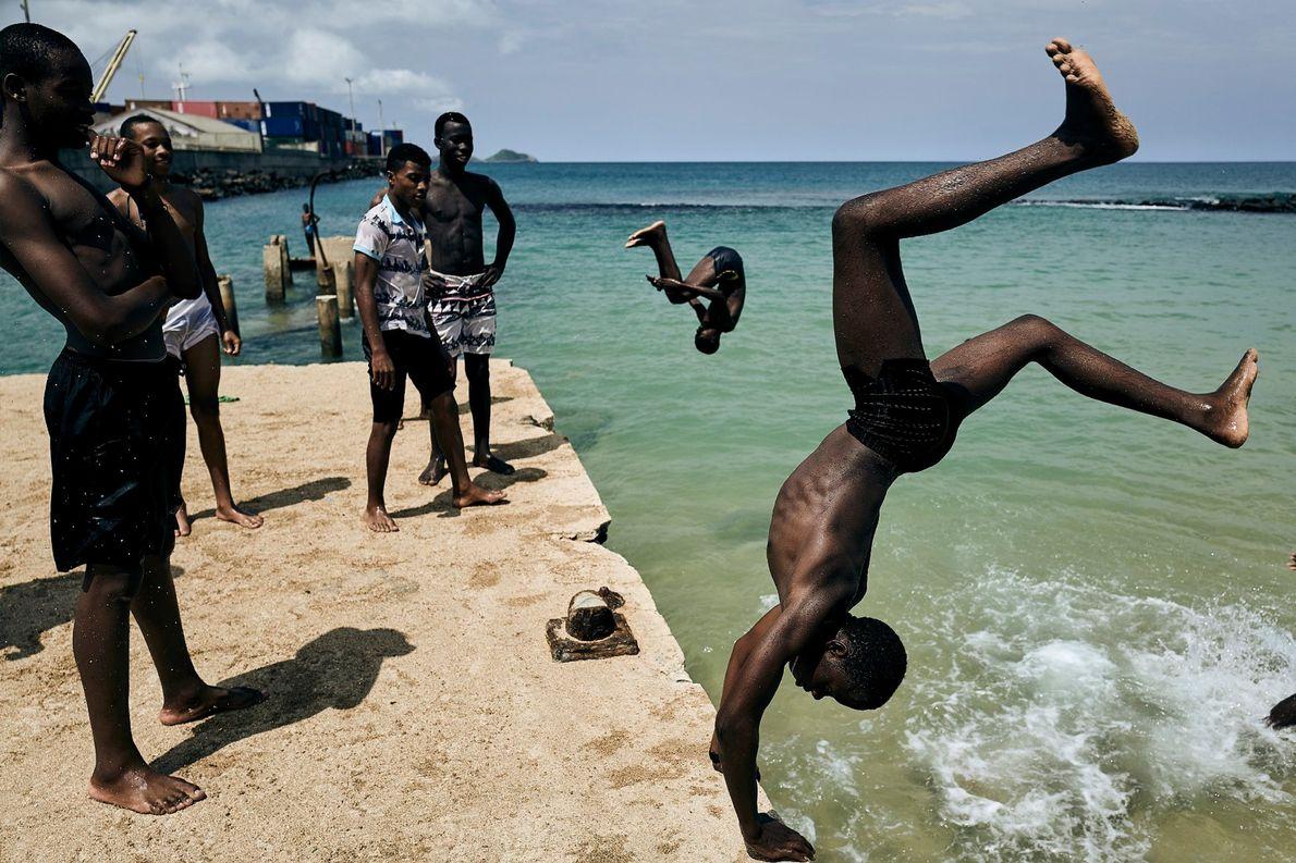 Einheimische Jungs auf der afrikanischen Insel São Tomé, etwa 240 Kilometer vor der Küste von Gabun, ...