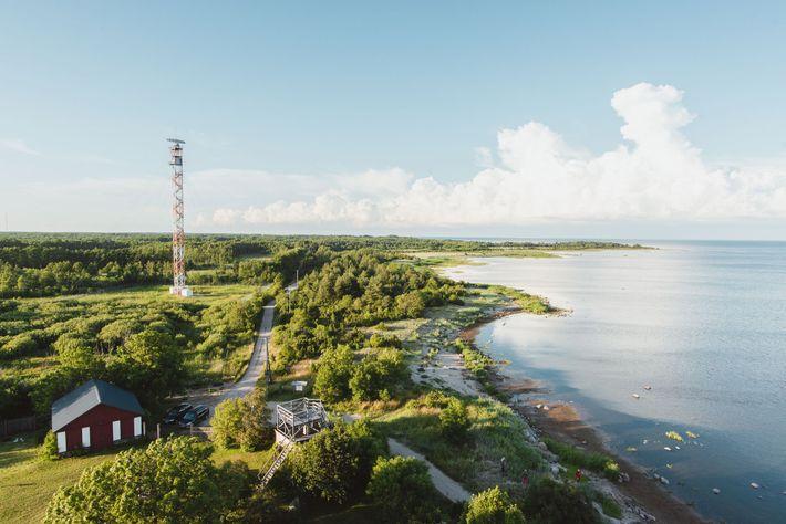Blick auf das Südufer von dem 153 Jahre alten Leuchtturm auf Kihnu – eine der beliebtesten ...