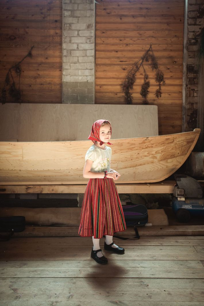 Ein Mädchen bereitet sich auf einen musikalischen Auftritt zum Mere Pidu vor. Einige Volkslieder von Kihnu ...