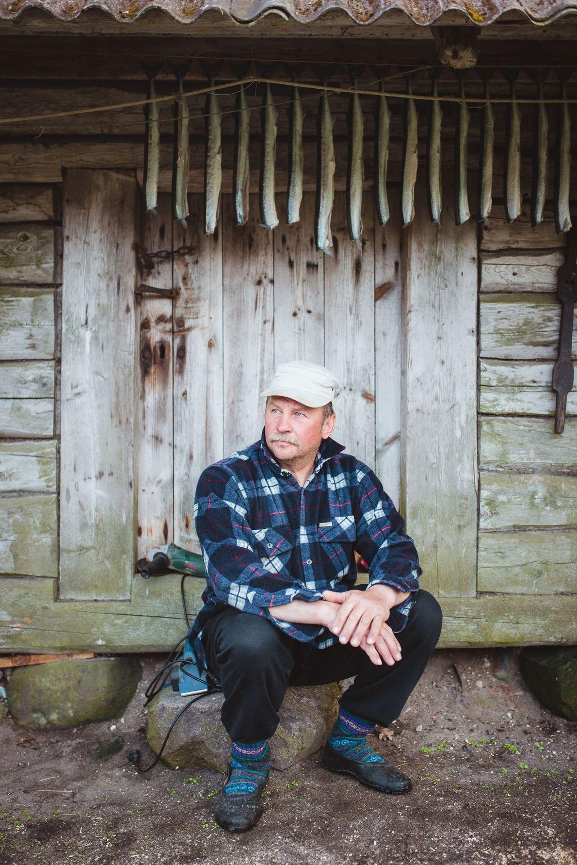 Der 51-jährige Aivar Pajumaa hängt Hornhechte zum Trocknen auf. Die Fischerei ist auf Kihnu nach wie ...