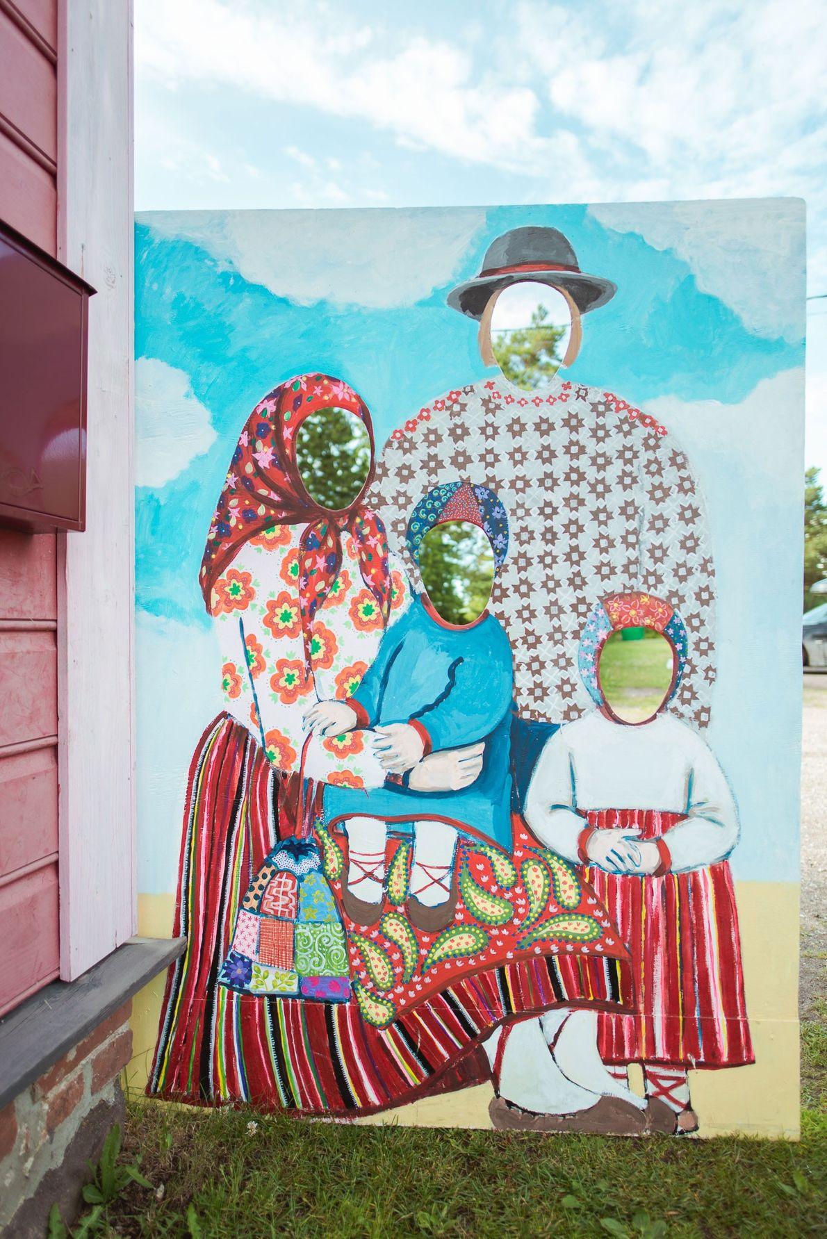 Vor dem Museum der Insel können sich Besucher in traditioneller Kihnu-Tracht ablichten lassen.