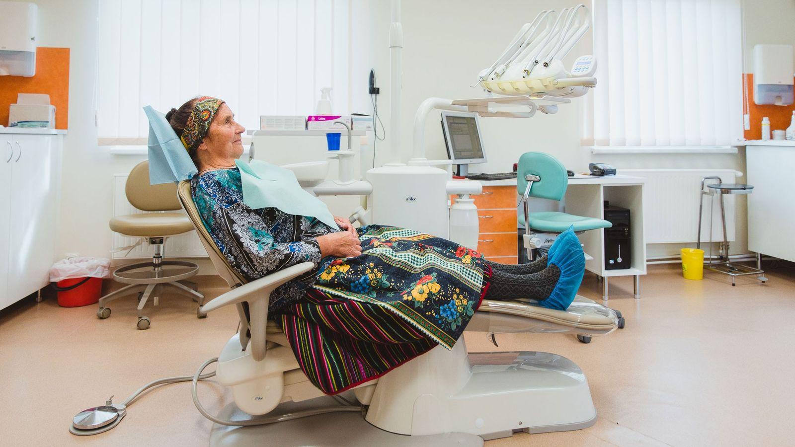 Elvi Vesik bei einem Zahnarzttermin. Obwohl es auf der Insel einen Arzt und eine Krankenschwester gibt, ...