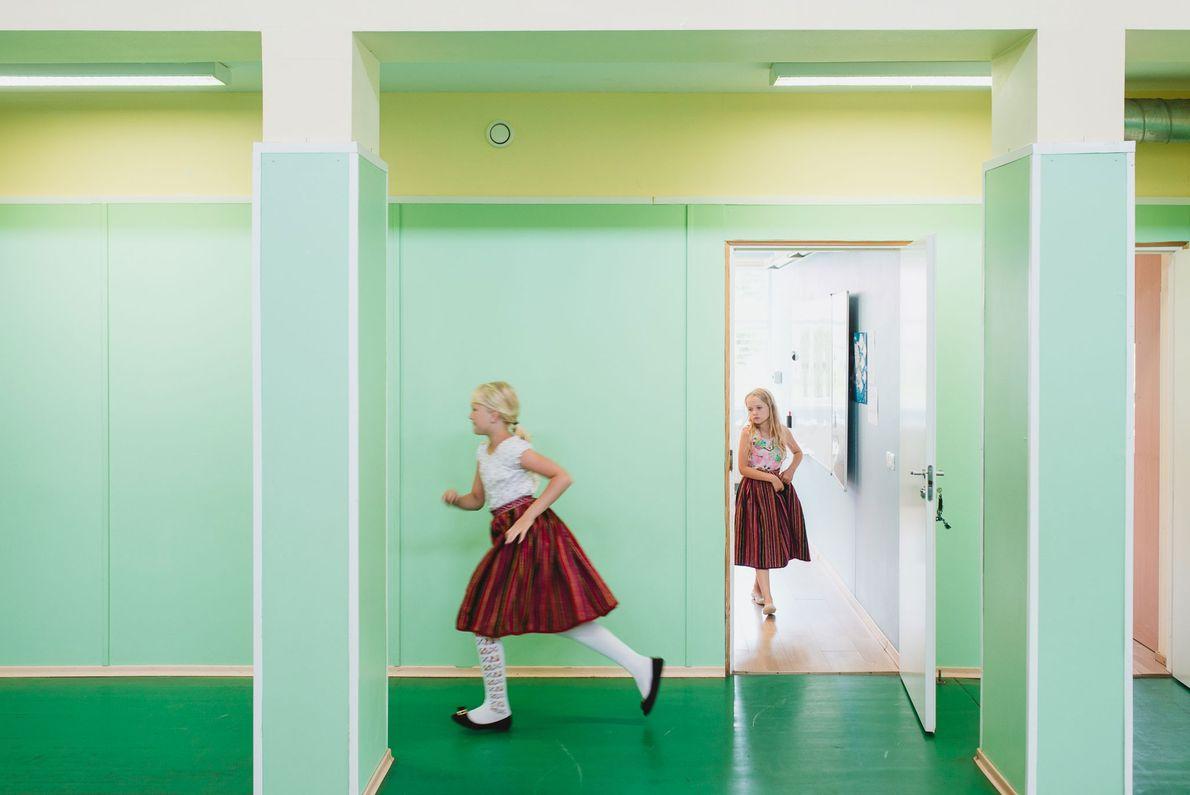 Während einer 15-minütigen Pause laufen Mädchen in der Schule aus ihrem Klassenzimmer. Die Inselschule hat nur ...