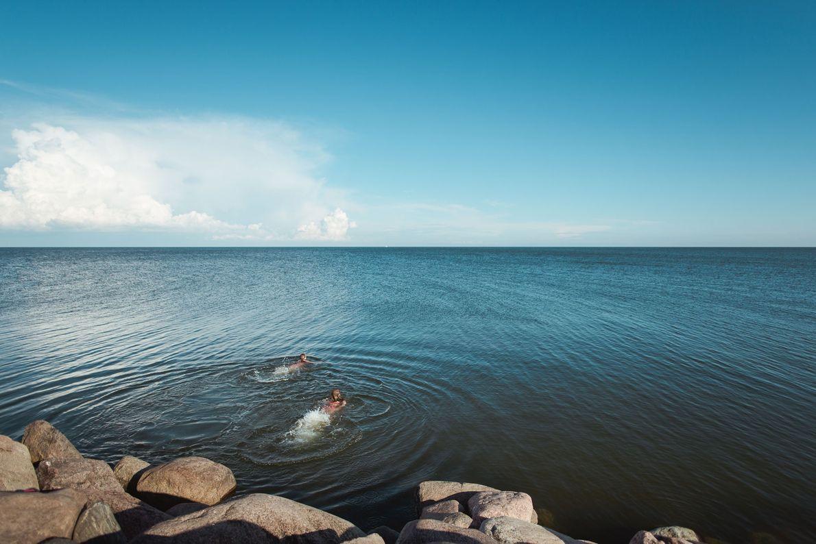 Kinder schwimmen im Rigaischen Meerbusen in der Ostsee.