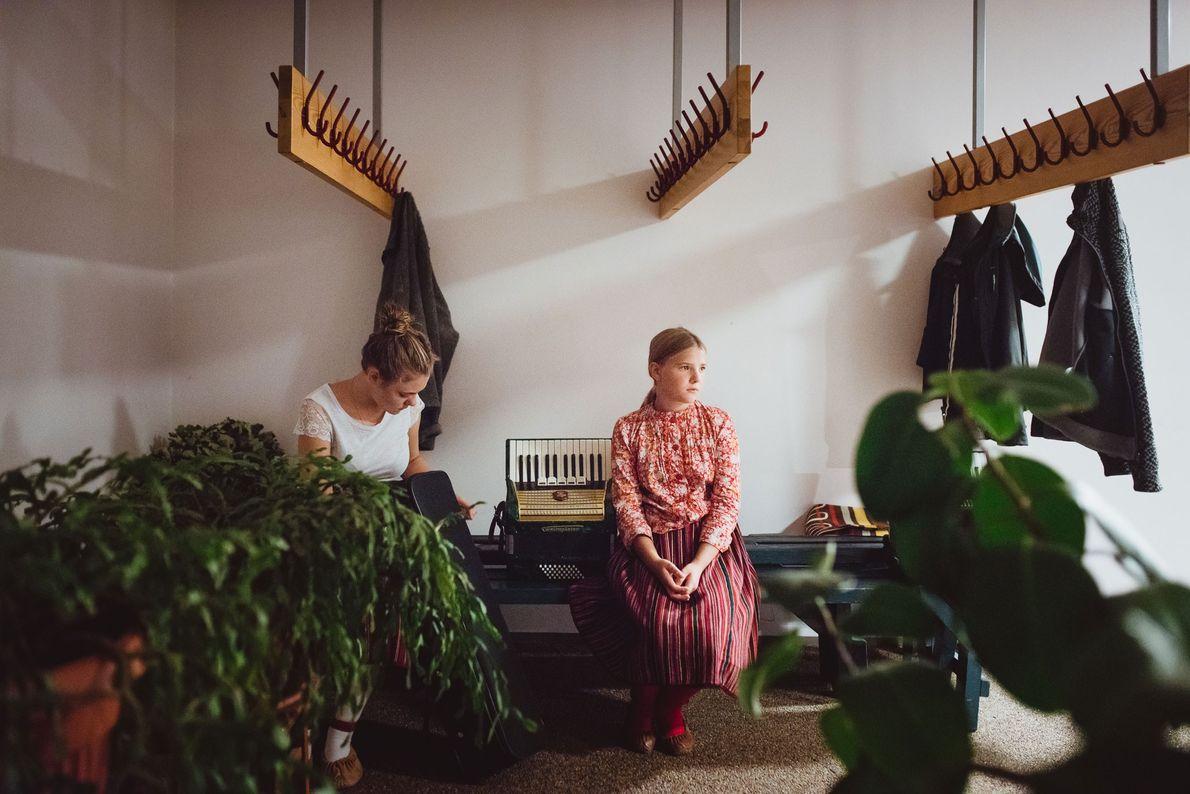 Zwei Mädchen warten vor einer musikalischen Darbietung für Schüler aus der Hauptstadt Tallinn auf ihren Auftritt. ...