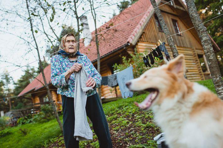 Die 90 Jahre alte Virve Elfriede Köster ist eine Folk-Musikerin, deren traditionelle Lieder – darunter 250, ...