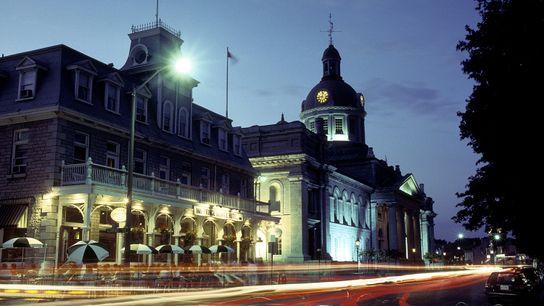Das Rathaus von Kingston wurde 1844 erbaut und steht als National Historic Site unter Denkmalschutz. Zwischen ...