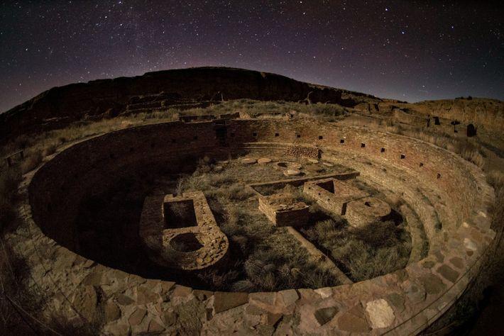Die Kiva Casa Rinconada im Chaco Culture National Historical Park wird vom Licht des Mondes erhellt.