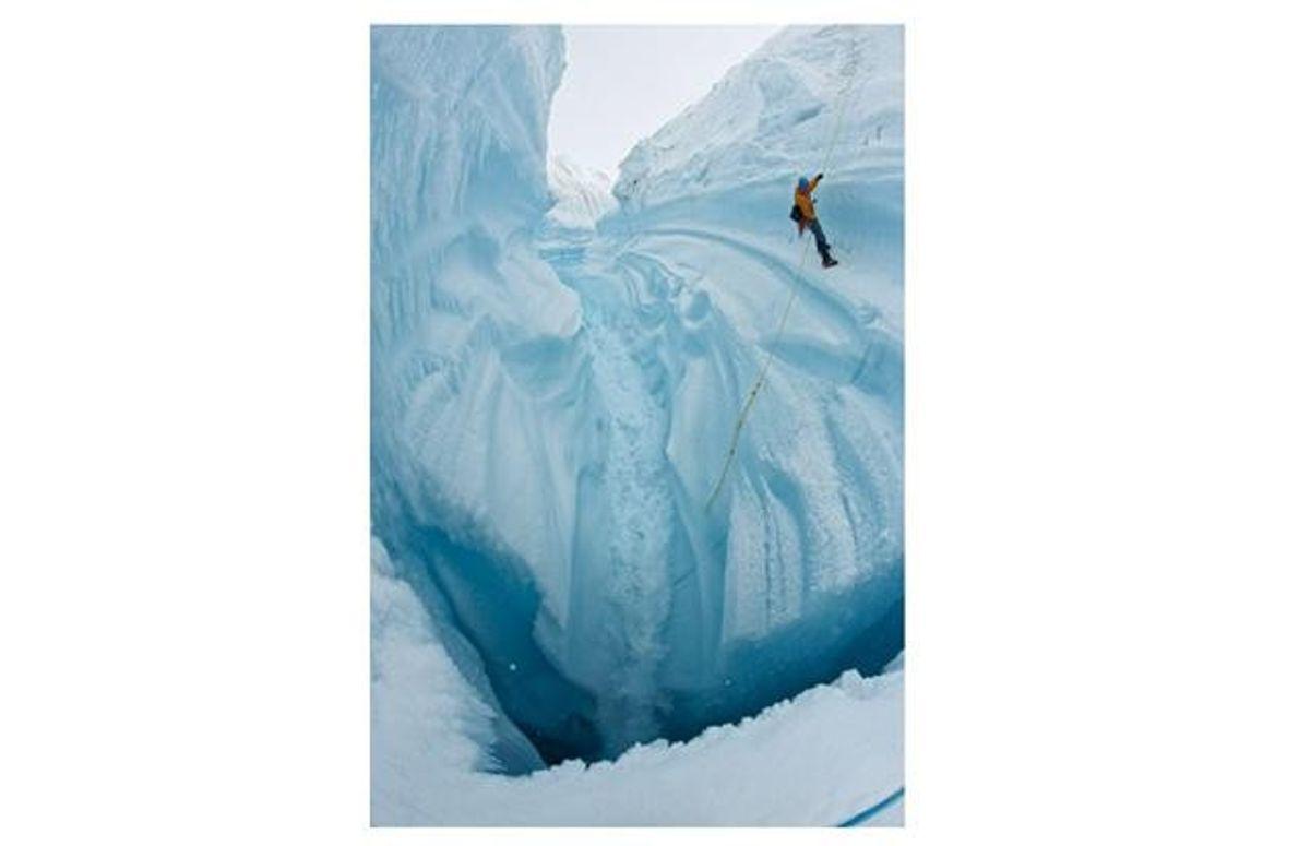 Ein Forscher seilt sich in eine Kluft ab. Sie könnte in eine Gletschermühle führen – einen …