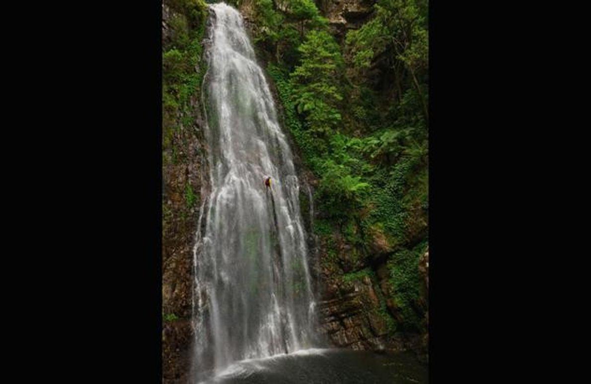 Kletterer im Wasserfall