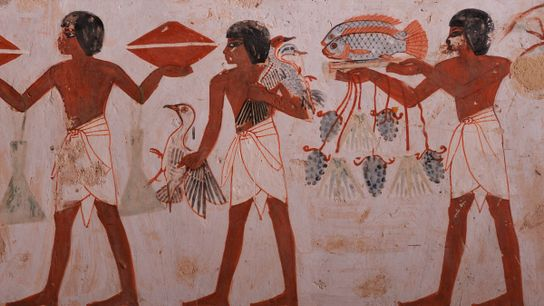 Auf einer Wandmalerei eines aufwendig dekorierten Grabs liefern Träger Enten, Fische und Trauben für den Verstorbenen, ...