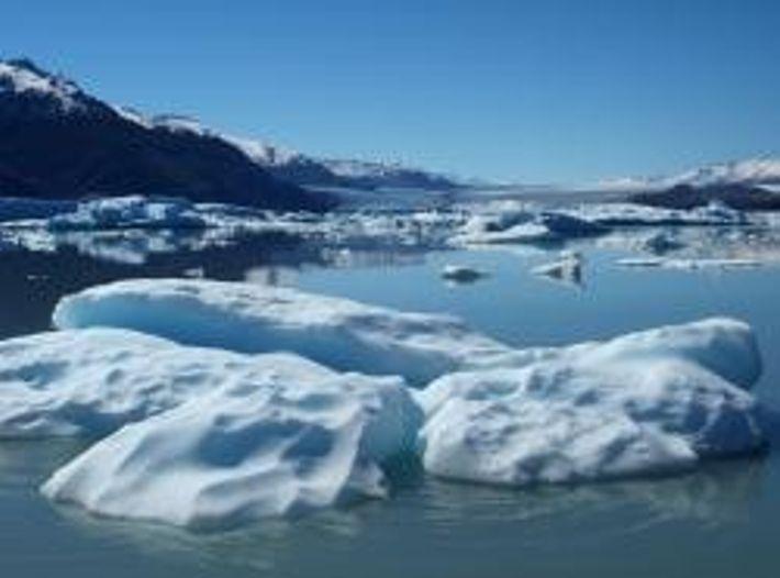 Je wärmer das Meerwasser, desto schneller schmilzt das Polareis.