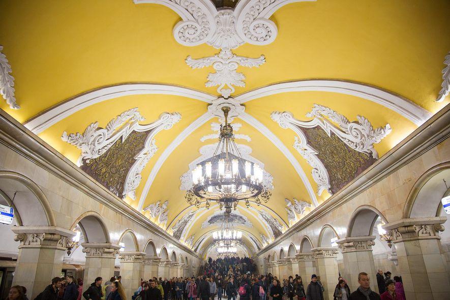 STATION KOMSOMOLSKAJA Die 68 Marmorsäulen in einer der geschäftigsten Stationen der Stadt werden von Kerzenleuchtern erhellt.