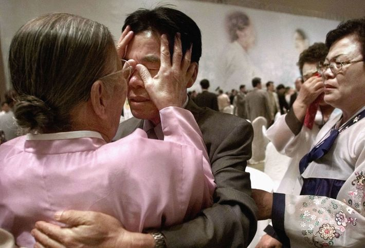 August 2000: Eine Südkoreanerin berührt zum ersten Mal das Gesicht ihres nordkoreanischen Sohnes, seit die beiden ...